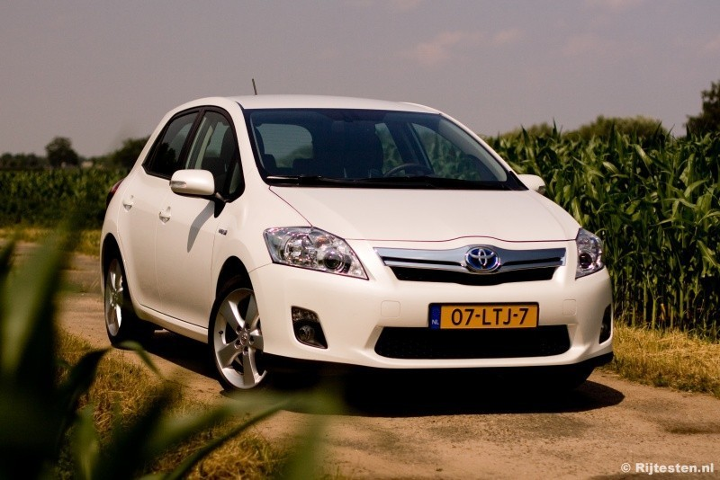 test toyota auris 1 8 full hybrid executive. Black Bedroom Furniture Sets. Home Design Ideas