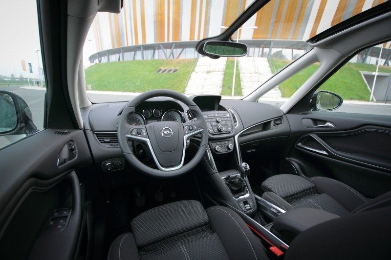 Test opel zafira tourer 1 4 turbo cosmo for Interieur zafira